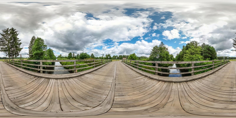Volles nahtloses kugelförmiges hdri Panorama 360 Grad Winkelsicht über Holzbrücke über dem Flusskanal in der equirectangular Proj stockfotografie