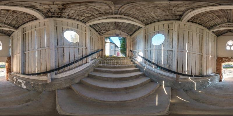 Volles nahtloses kugelförmiges Panorama 360 Grad Winkelsicht im hölzernen Tunnel mit konkretem Treppenhaus in der equirectangular lizenzfreie stockbilder