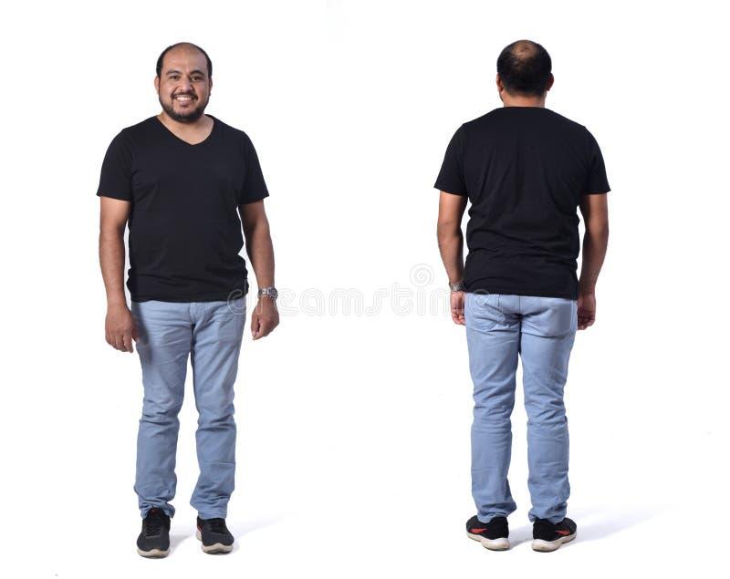 Volles Porträt der lateinischer Mannfront und -rückseite mit Jeans auf Weiß lizenzfreie stockfotografie