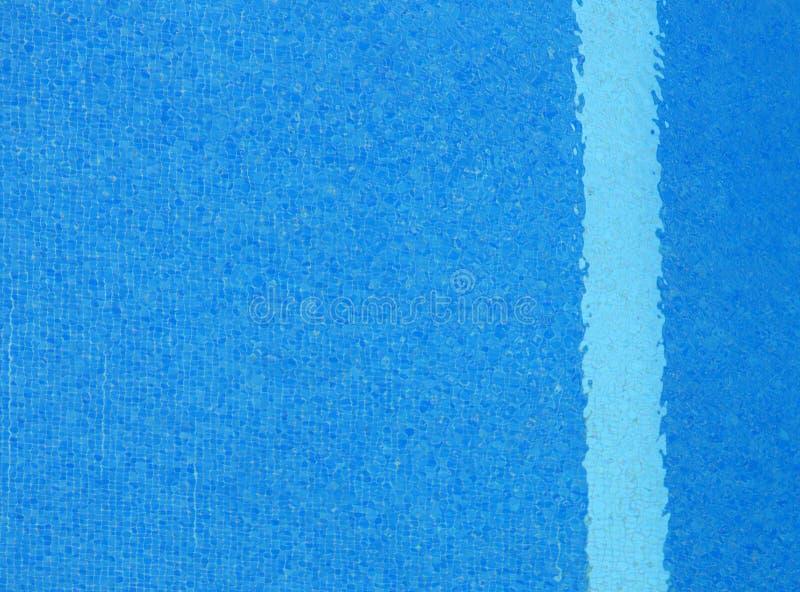 Volles Rahmenbild des vibrierenden blauen Wassers in einem Swimmingpool mit Kräuselungen auf der Oberfläche und einem vertikalen  lizenzfreies stockbild