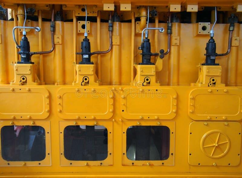 Volles Rahmenbild eines großen gelben Dieselmotors benutzt als elektrischer Generator der Notbereitschaft lizenzfreie stockfotografie