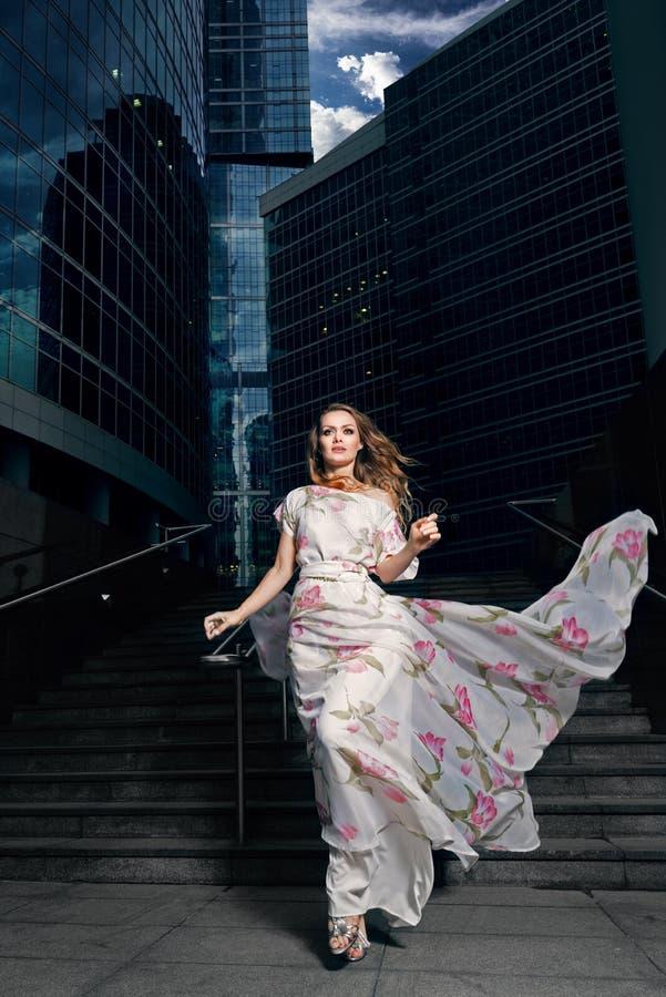 Volles Wachstumsporträt der modernen Frau auf städtischem Hintergrund stockfotos