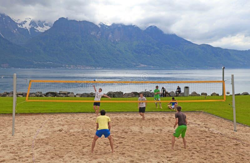 Volleyball auf dem Strand von Genfersee stockbilder
