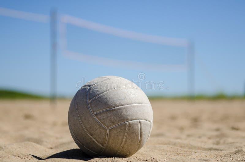Volleyball de plage avec le ciel bleu et le filet images libres de droits