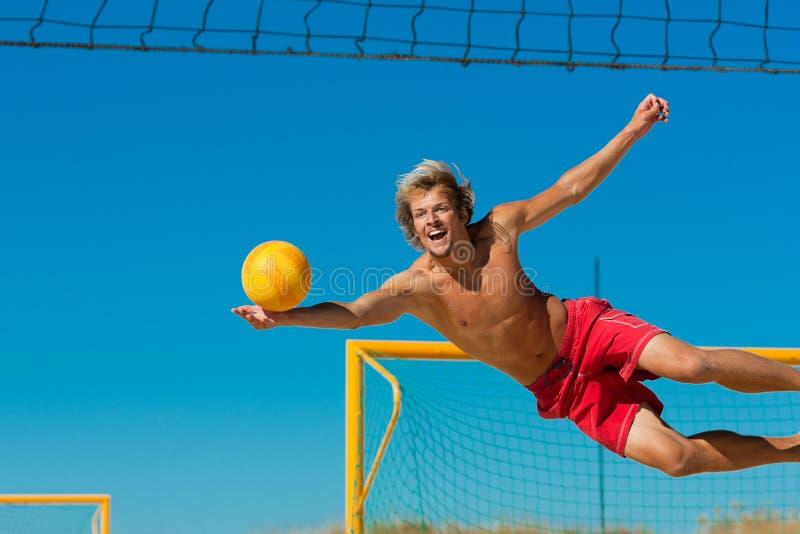 Volleyball de plage - brancher d'homme photographie stock libre de droits
