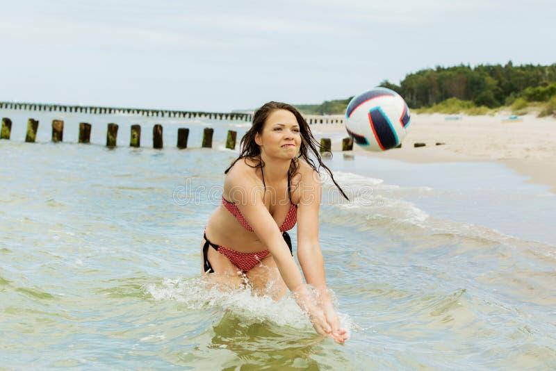 Volleyball en mer photographie stock libre de droits