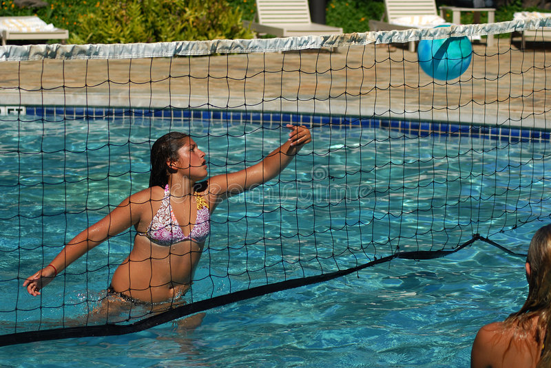 Volleyball im Pool stockbilder