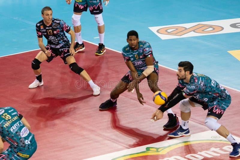 Volleyball Italina Supercmen Finals - Sir Safety Perugia mot Modena Volley royaltyfria bilder