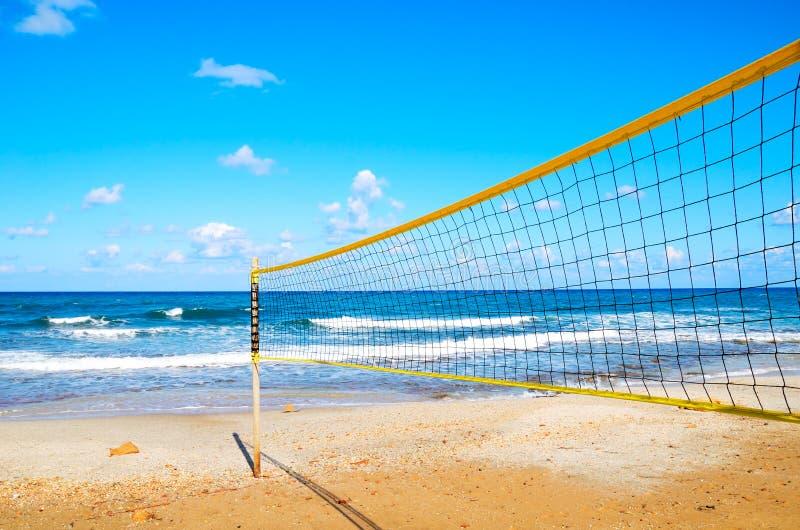 Volleyball netto op het strandclose-up stock afbeelding