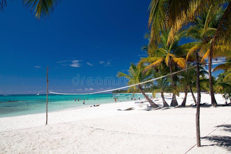 Volleyball netto op tropisch strand royalty-vrije stock foto's
