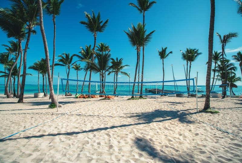 Volleyball netto op tropisch strand en Caraïbische overzees stock afbeelding