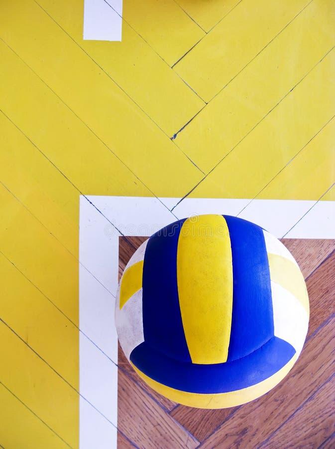 Volleyball op hardhoutvloer royalty-vrije stock afbeelding