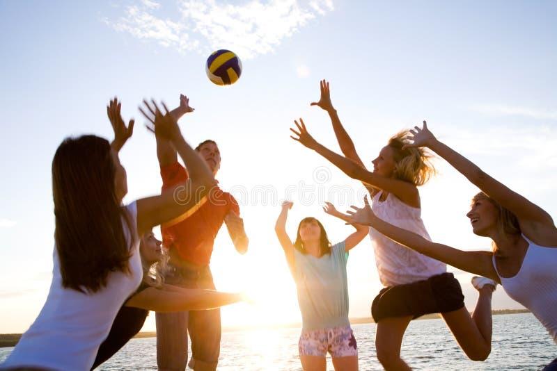 Volleyball op het strand royalty-vrije stock foto