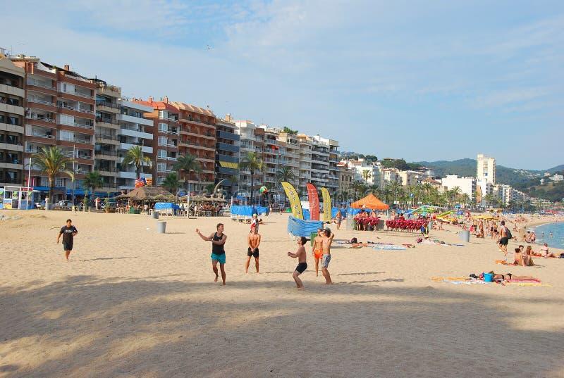Volleyball op het strand in Lloret de Mar spanje stock foto