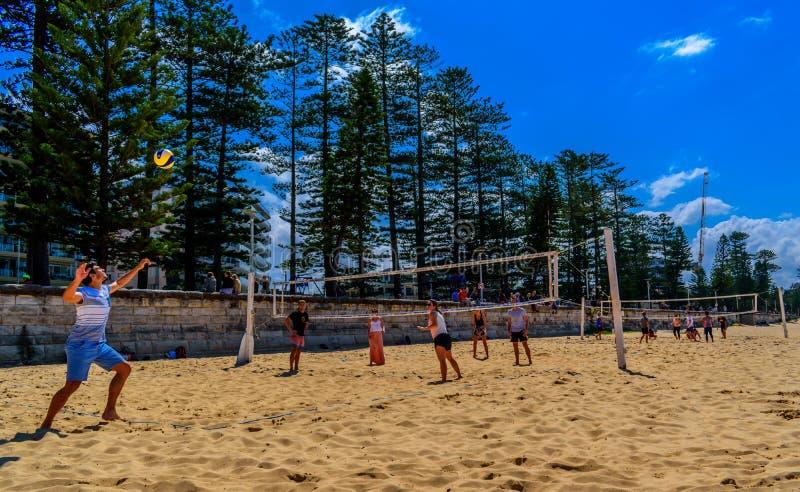 Volleyball am Strand in männlichem, Australien stockbild