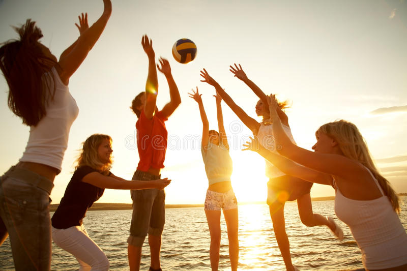 Volleyball sur la plage image stock