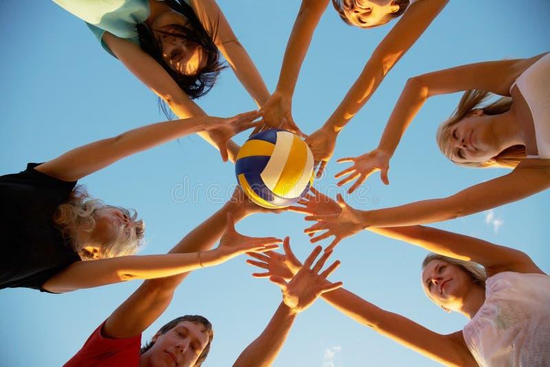 Volleyball sur la plage photo libre de droits