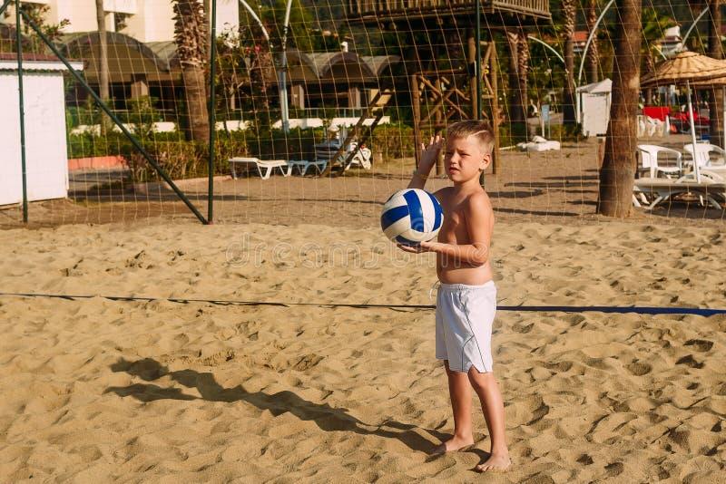 Volleyball van het jong geitje het speelstrand royalty-vrije stock foto
