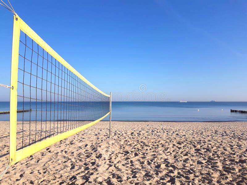 Volleyballnetz auf dem Strand stockfotografie