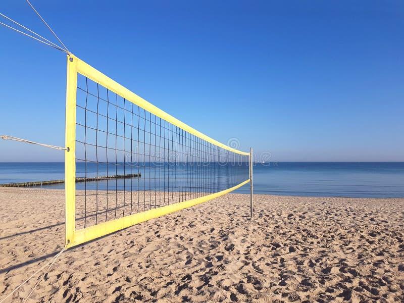 Volleyballnetz auf dem Strand lizenzfreie stockfotografie
