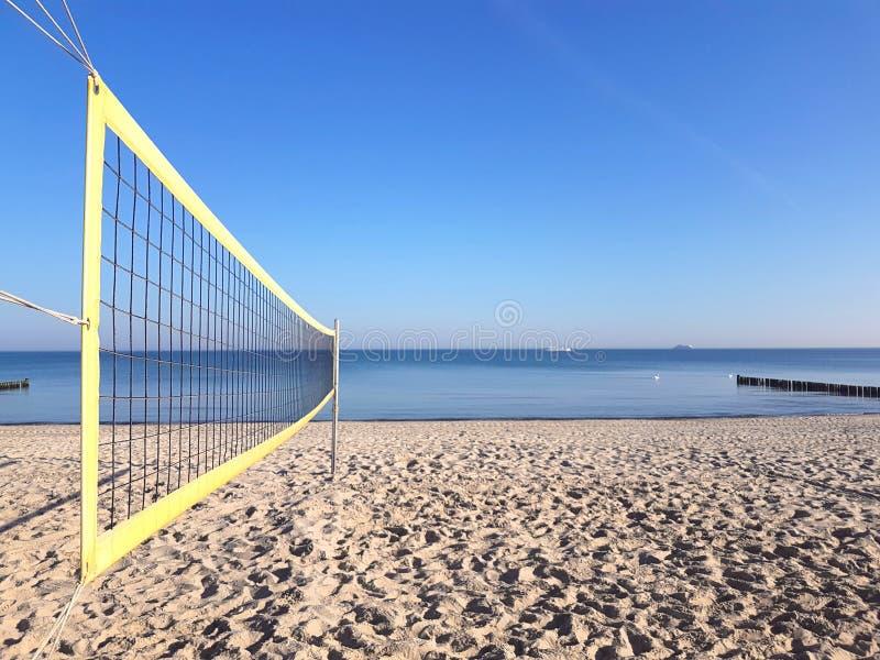 Volleyballnetz auf dem Strand lizenzfreie stockfotos
