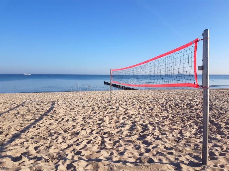 Volleyballnetz auf dem Strand stockfotos
