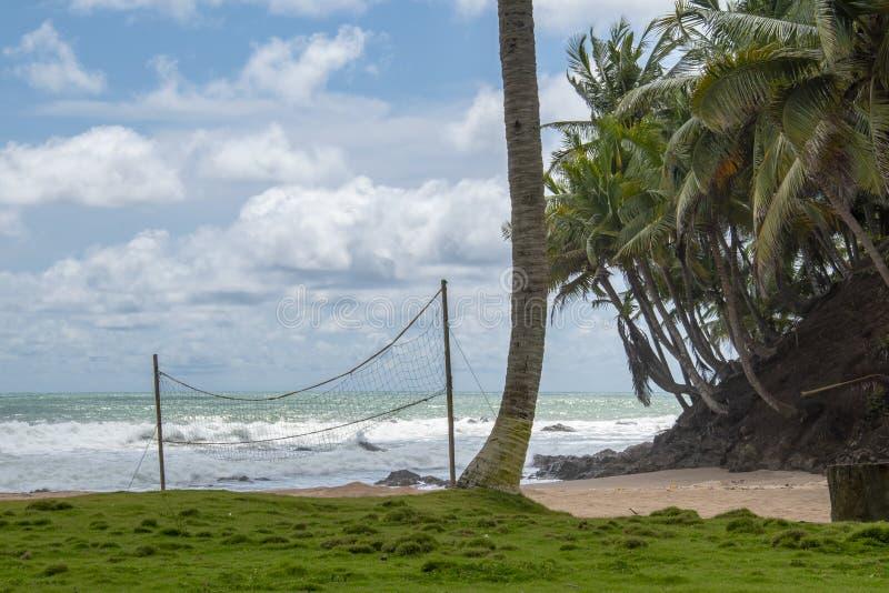 Volleyballnetz auf einem Strand in Ghana lizenzfreie stockbilder