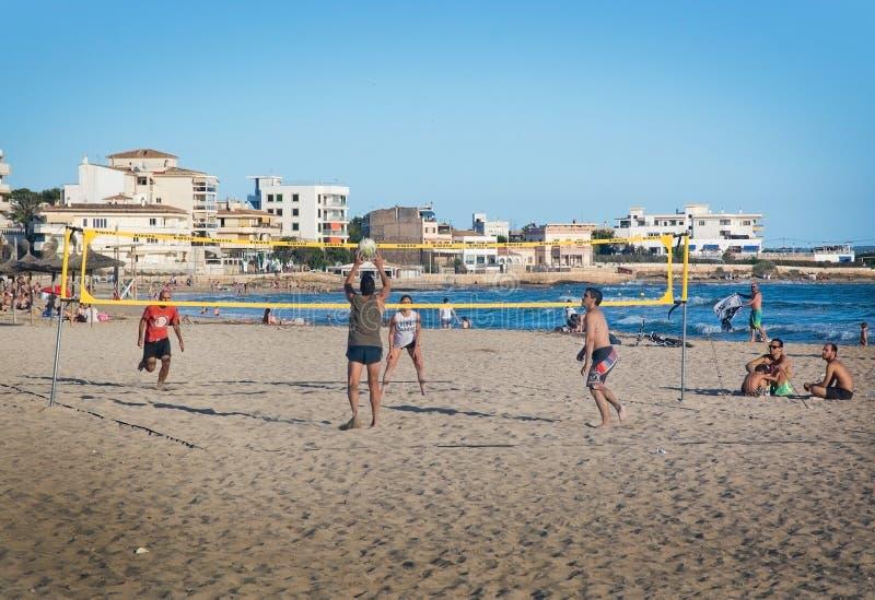 Volleyballspelers bij Molinar-strand stock foto's
