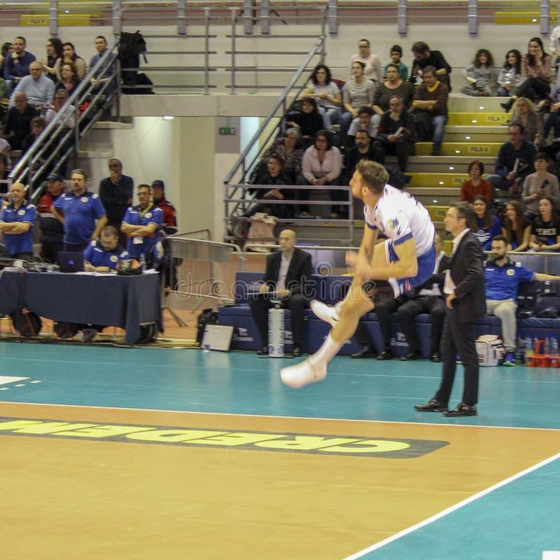 Volleyballspieler Simone Parodi bei der Ausführung eines großartigen Aufschlagssprunges stockfoto