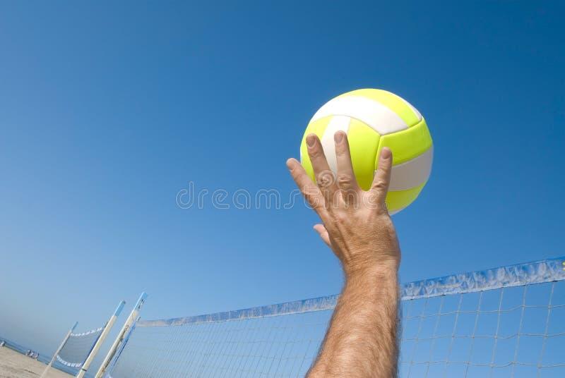 Volleyballspieler am Strand lizenzfreies stockbild