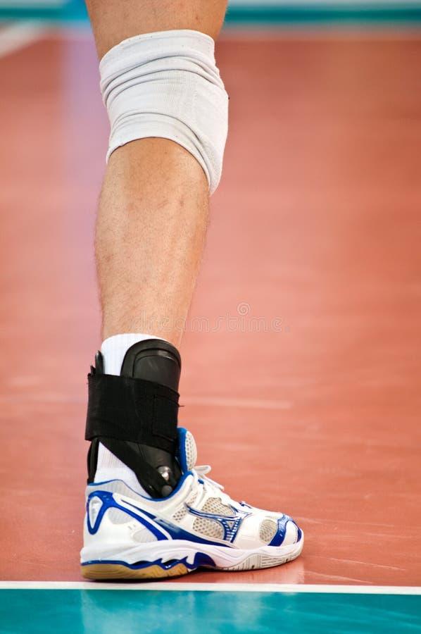 Volleyballspielerfahrwerkbein stockbild