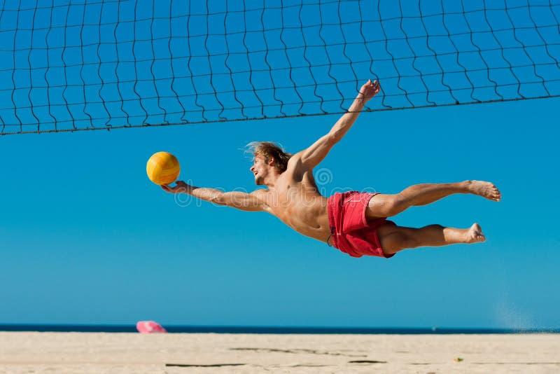 volleyboll för strandbanhoppningman arkivfoton