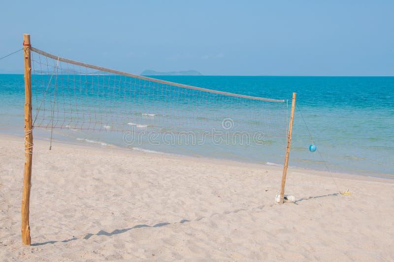 Volleyboll förtjänar på stranden royaltyfri fotografi