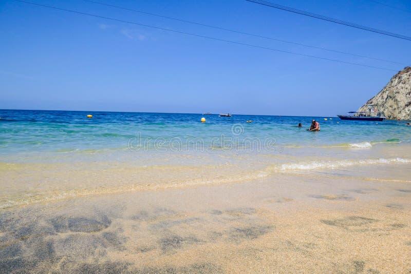 volleyboll f?r sommar f?r bakgrundsbollstrand h?rlig tom Sand och hav och himmel royaltyfri foto