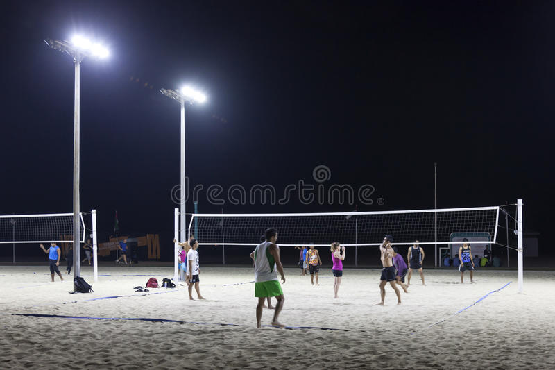 Volleyboll på drakestranden i Dubai royaltyfri foto