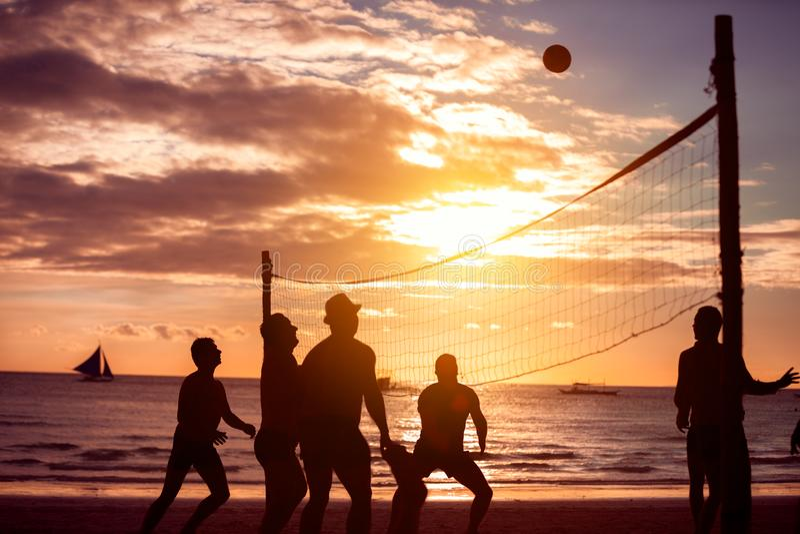Volleyboll på havet arkivbild
