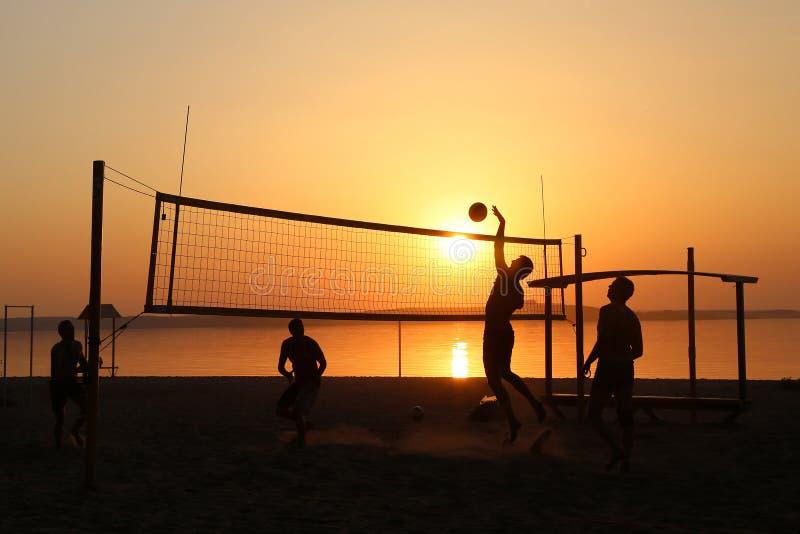 Volleyboll på sjön royaltyfri foto