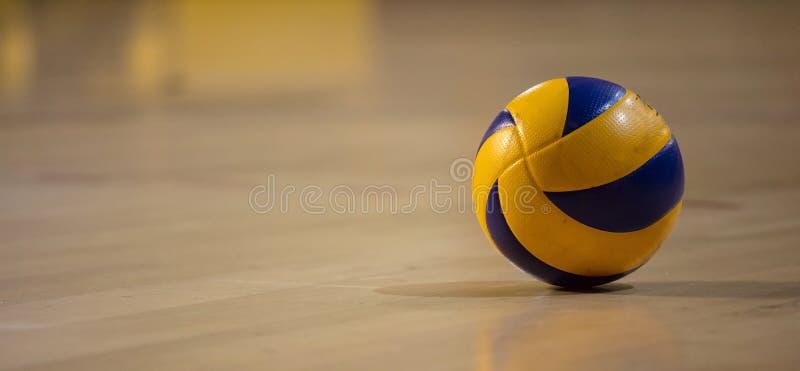 Volleybollboll på suddig träparkettbakgrund Baner utrymme för text, övre sikt för slut med detaljer arkivbild