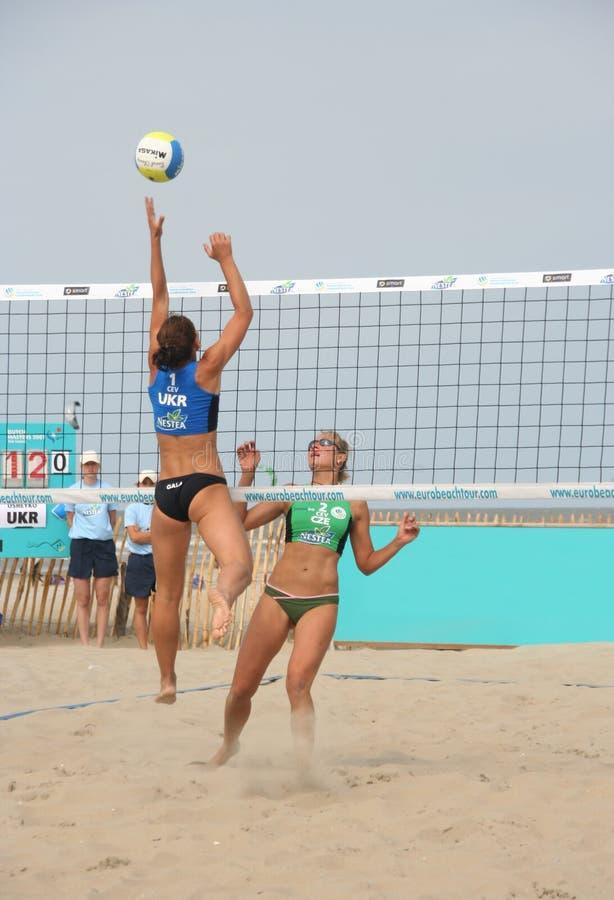 volleybollkvinnor för strand s royaltyfria foton