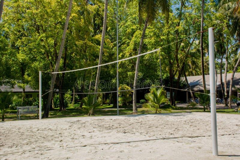 Volleybollspelplan på den tropiska semesterorten nära djungler royaltyfria foton
