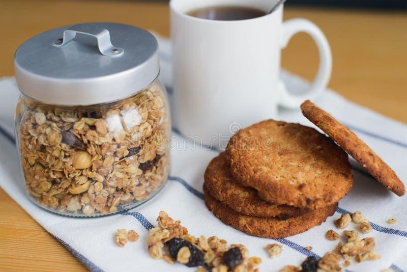 Vollkornhafermehlplätzchenstapel mit Granola und Kaffee auf Serviette lizenzfreies stockbild