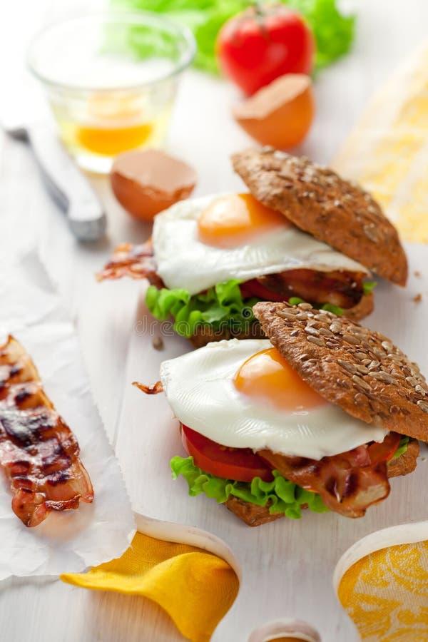 Vollkornsandwich mit Spiegelei und Speck stockfoto
