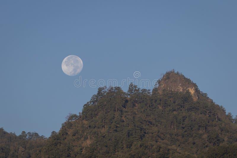 Vollmond über Bergen in Nord-Thailand lizenzfreies stockfoto