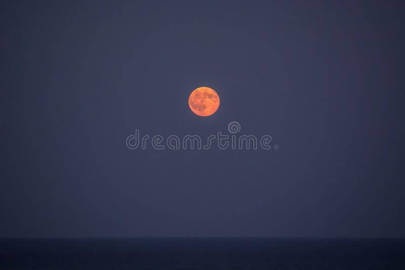 Vollmond über dem Meer III stockbild