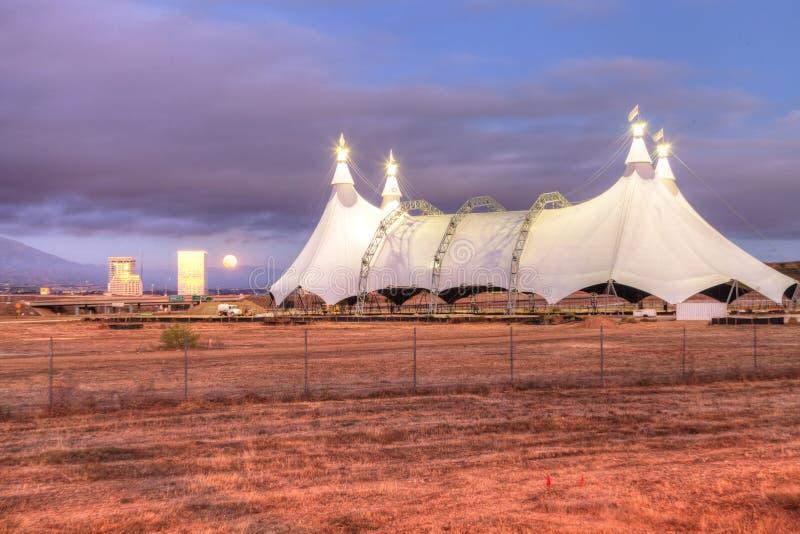 Vollmond über einem Zirkuszelt lizenzfreies stockfoto