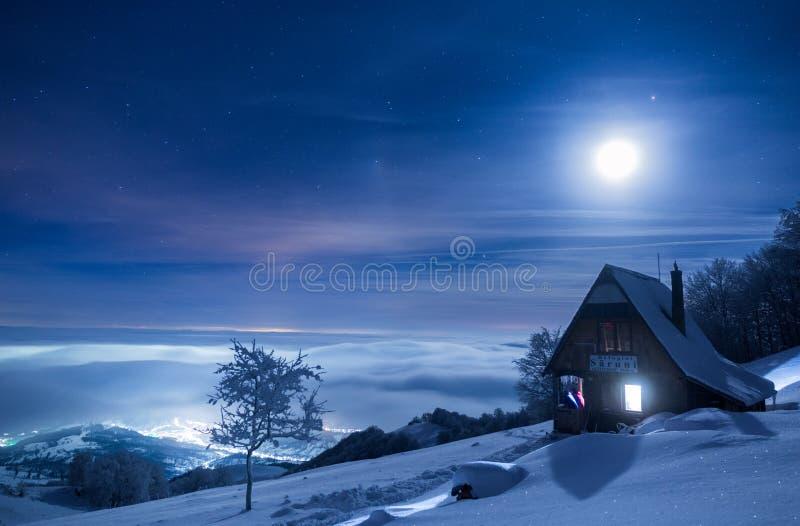 Vollmond über einer Märchenlandschaft in den Bergen von Rumänien stockfotografie