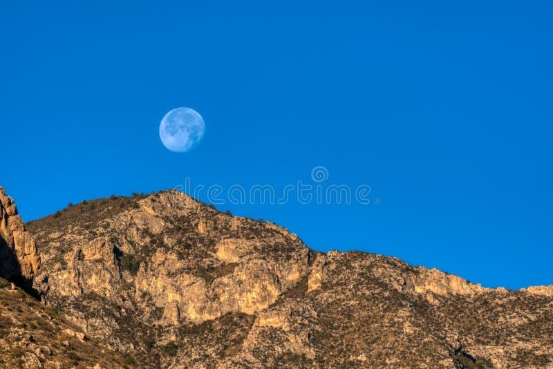 Vollmond über Guadalupe Mountains National Park stockfotografie