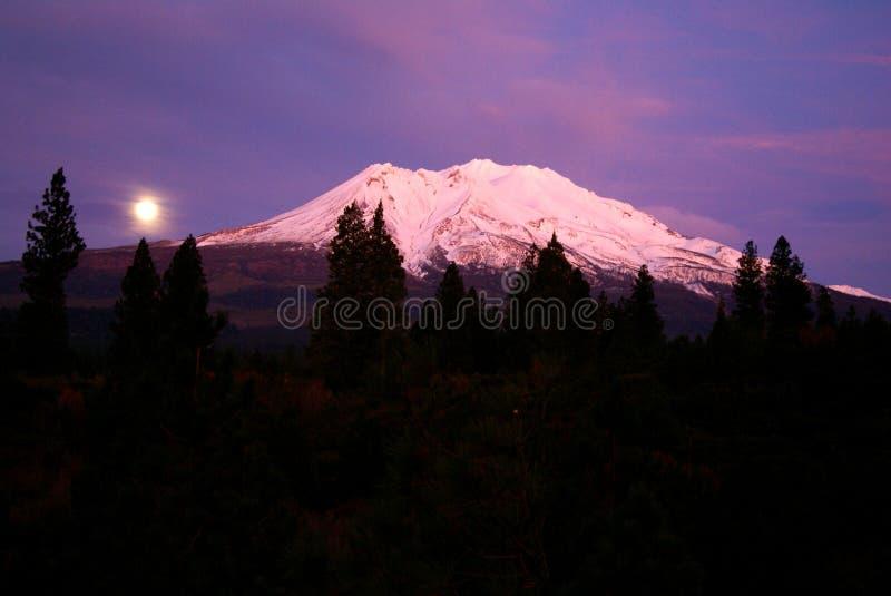 Vollmond über Montierung Shasta lizenzfreies stockbild