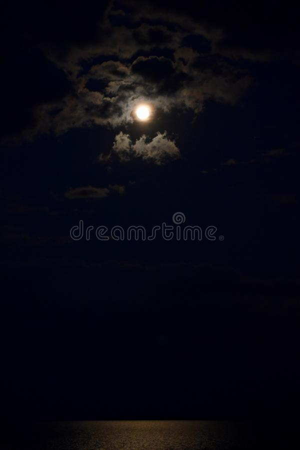 Vollmond auf einer bewölkten Nacht lizenzfreies stockfoto