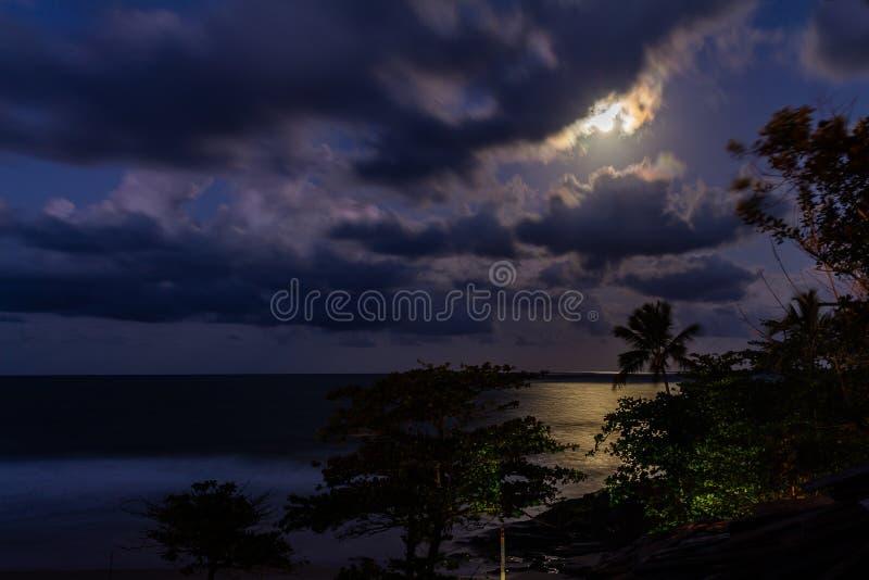 Vollmond, der von den Wolken steigt lizenzfreie stockfotografie